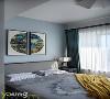 时光微暖,微笑向阳。次卧暖色系的基调让整个房间十分柔和,四方拼凑的挂画让整个墙面显得灵动而富有生机,与窗外的风景交相呼应,向人传达着低调舒适的生活理念。
