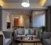 与旁侧空间稍稍错开的客厅区域,形成错层的走廊,立起屏风,整体房屋的架构看起来简单舒适规整。