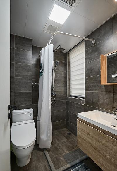 卫生间图片来自家装大管家在90平现代简约空间 气质优雅随性的分享