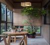 阳台为休闲式阳台,一张圆桌两把椅子,竹卷帘的加入,让阳台禅意满满。