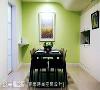 餐厨区 进入厨房的墙角设置弧形层板,降低柜体产生的压迫感外,也作为屋主手机充电的地方。