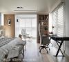 休憩角落 夹住落地窗的大柱子,运用收框与壁灯、百叶等元素改造,原本最令人头疼的空间,反而成了现在屋主最爱的休憩角落。