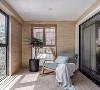 阳台为休闲式阳台,卷帘搭配仿木墙面,一把摇椅搭配一个毛毯,度过舒适的午后,别提多惬意了~~~