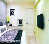 次卧 运用隐藏柜拉平立面线条,搭配壁纸的妆点形成视觉焦点,除了提升机能效益,也消化掉空间的斜面墙体。