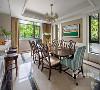 餐厅的装修也延续了客厅的风格,米灰色墙面显得非常有质感。美式风格的桌椅,窗户把外面的景色引伸进来。闲暇时,坐在吧台喝一杯精心调制的酒,这里的一切都是业主喜欢的样子。