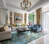 线条分明的胡桃木家具,湖蓝色地毯,简约的布艺沙发,现代化的装饰画,以及充满自然气息的绿植,让空间的每一处角落都十分精彩。