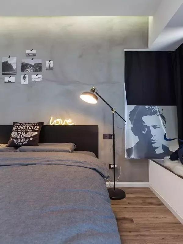 床头干净的水泥墙,让整个空间显得纯净立体,墙体与浅灰整洁的床单相应成章,床头的台灯透出沁人的暖黄,浅灰的床单是安宁的船港,床头的灰墙是洁白空间里跳跃的乐章。