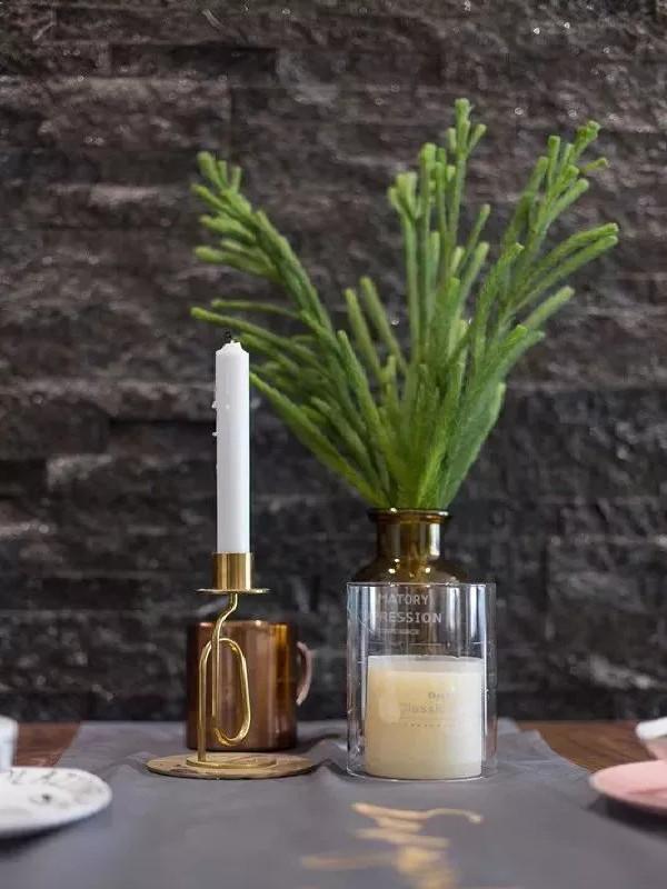 午后的一杯清茶,餐桌上摆着喜欢的花,桌上的餐具摆的是当下的甜蜜,抬头看到的是未来美好的遐想。