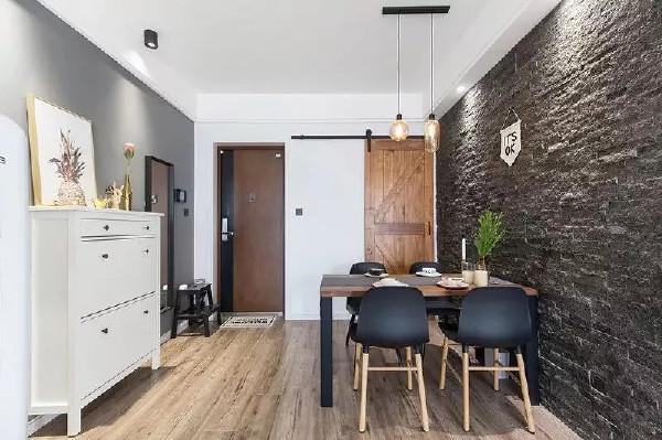 餐厅的墙用黑色文化石饰面,让整个空间的色彩有了变化,也使餐厅成为一个独立的空间,原木和黑色结合的餐桌与椅子,既有生活的朴素也有踏实的温暖。