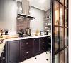 黑色框架的推拉门后,以黑色橱柜搭配白色操作台,墙面部分以灰色墙砖粘贴,让烹饪空间显得独特而雅致。