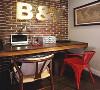 木质感的书桌,在红砖质感的墙纸下,侧边挂上一幅美式范的地图,让粗犷质感的空间显得优雅自然。