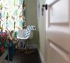 窗帘也是选择带有鲜艳植物图案的,靠窗角落布置一张小鸡蛋椅,后方墙面挖空做个小书架,为主人提供了个惬意舒适的阅读角落。