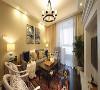 客厅沙发墙以米黄色的乳胶漆刷新,挂上2幅抽象装饰画。地面垫上一块美式怀旧图案的地毯,还有细节上优雅端庄的搭配,呈现出一个华丽高档的空间感。