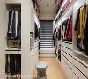 更衣室 位在床头后方的更衣空间,以开放、封闭的柜体形式,打造出能放置大量衣物的收纳量体,并兼有女主人梳妆的专属角落。