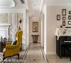 廊道动线  格局调整后,私领域动线收齐在廊道两侧,端景处以展示桌与画作收尾,再次展现了经典美式风格的对称美学。