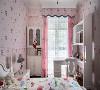 小孩房  美式风格到了10岁小女孩的卧房中,少了沉稳厚重的木色调,取而代之的粉色壁纸与窗帘,为空间换上了缤纷与梦幻的新样貌。