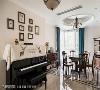 餐厅  延续客厅在天花、地板、家具配置、窗帘跳色的风格手法,用餐空间简单而典雅;同时,几张画作妆点了钢琴上方的立面留白,丰富了空间视觉的变化层次。
