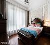 主卧房  线板之间更多的壁纸运用,以及之字拼贴的木质地板,在古典优雅之中加深了私领域的风格暖度。