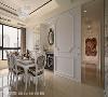 餐厅 气韵非凡的餐厅,以造型华美的威尼斯镜、钢烤柜体及线板,形塑新古典的曼妙姿态。