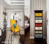 现代美式古典  全空间以沉稳的木色家具与轻浅典雅的立面为基础,形成轻重、新旧的绝对比;此间,设计师大胆地在沙发、窗帘、家具上跳色,创造出活泼的现代居宅氛围。