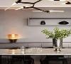 大理石台面的餐桌,黑色透光的餐桌椅,配合餐桌上的玻璃杯和银质花瓶,用材料质感彰显精致优雅。
