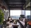 木质天花吊顶下,右侧是玻璃墙,而左侧石墙嵌有亮片作点缀,显得通透舒适之余也满载自然气息。