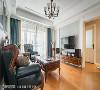 高雅暖调  与壁纸、皮革沙发色彩呼应的落地窗帘,让空间除了木质的温润感受外,再添一抹矜贵的高雅,搭配吊灯赋予高挑的视觉暗示。