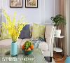 悠闲的生活氛围  一字型沙发搭配湖蓝色边椅,在淡蓝色沙发墙的烘托下,营造出柔软、舒适的生活气息,发挥百分百简约美式风魅力。