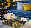 桌面摆件精致,用黄色向日葵呼应整体配色,增添自然活跃的家居氛围。