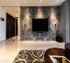 沉邃墙景 玄关转折而进后,相对于延续性的米白色天地壁,客厅主墙以灰黑纹理的石材创造出画面,仿佛镶嵌在白盒子中。