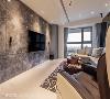 流线的温润 客厅主墙上方有道大梁横亘,在室内垂直尺度不足下设计舍弃全包覆,仅用弧状天花局部修饰。