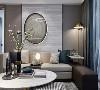 阳光被轻纱掩映,是晓雾迷蒙的诗意画面,大厅以墨绿色椅子作为空间的点缀,巧妙地与米白色糅合,高档的棉麻布艺与皮革家具搭配出高品质的客厅区域。