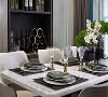 餐桌上几束绿植,墨绿色的餐具与黑白格子餐布在这一空间中作为点缀,隔着屏幕也能感受空气中曼妙且充满生气的生活气息。