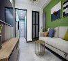 走廊的色彩止步于客厅处的垭口,选择了黑色3公分的实木复合套线,最大化保证进人的宽度,也跟卫生间的铝镁合金单包套起到了一定的对称作用。
