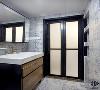 卫生间的砖选择了一款青花瓷系列,亚金色的美缝是因为想起了古器陶瓷镶金的工艺。卫生间门口的位置做了三组凹龛,方便收纳。每层都有面板,可以给电动牙刷,刮胡刀等放在里面充电。