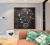"""走廊的浅灰色墙面上有一张黑板,用小彩灯走""""之""""字型像是圣诞树一样,在小彩灯上挂了小两口甜蜜的合照,记录着生活的点点滴滴,浪漫又温馨。"""