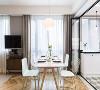 餐厅是典型的北欧风格,非常清新,线条感流畅,餐桌和餐椅的颜色选取上,吊灯的造型上,都是典型的北欧风格。餐桌上的两盏垂吊灯很温暖。