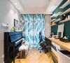 看到书房里的钢琴,就知道业主一定是一个爱音乐的人了,书桌的墙面是很有个性的深青色,和钢琴背景墙的浅灰色形成对比,大部分人很少会在书房设计这样的颜色吧。