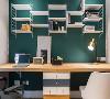 书桌其实是一张搁板,中间的调色收纳柜将整个空间分成了两个书桌,墙面上的搁板做成了书架,很有个性。