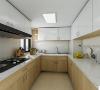 为了满足业主极大的厨房储物功能,厨房做了U型的橱柜,上下吊柜做跳色增加厨房层次感。