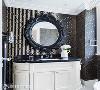 几何线条  黑白基调的梳洗空间中,大胆的几何曲线交织着单纯的色调,处处可见上海映象设计对作品的鲜明对比。