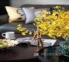 因为沙发选用的颜色比较深,抱枕选择了抢眼的黄色,让活泼的颜色跳出来,消除掉深色家具带来的沉闷感。