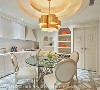 餐厨区 电视墙左侧则为餐厨区,延续纯白雕花造型门片、收边,更发挥巧思美化收纳机能,满足生活需求亦呼应全室风格。