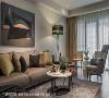 闲情雅致 馥筑时尚室内装修设计于窗边设置小区域,让屋主一家不仅能在主沙发区聊天聚会,也能在此享受日光下的静谧时光。
