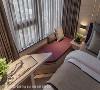 窗边卧榻 卧榻区结合便桌的造型设计,使屋主夫妻可于此对坐,享受窗边惬意的相处时光。