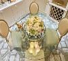 视觉延伸 为使空间更为敞朗开阔,餐厅特意选以清玻安排餐桌台面,减少量体压迫感受,延伸视觉范畴。