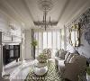 客厅 循女主人的气质采法式风格妆点空间,以一袭优雅细致的线条与复古动人的陈设示人,成就独树一帜的异国风情。