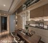 餐厅天花 餐厅天花上横亘的大梁,利用镜面及木质虚化后,更透过木质的延伸引领动线至玄关及私领域。