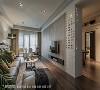 空间延续 客餐厅间以一道电视墙做为区隔,镂空金属烤漆的设计也使视线可自在穿透,为两空间打造独立却连续的生活节奏。