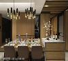 机能餐叙 餐厅背墙呼应天花木皮做空间延伸,开放式展示柜巧妙修饰天花上方横梁,整体画面丰富层次,营造温暖雅致的餐叙氛围。